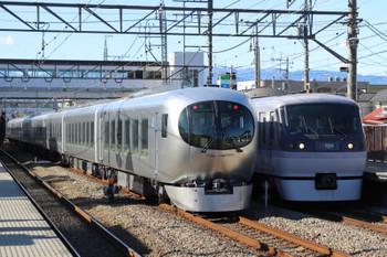 2018年12月24日 12時9分ころ、仏子、中線に停車中の001系・下り試運転列車と上り特急24レ。