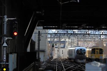 2018年12月24日 10時38分ころ、池袋、001系の上り試運転列車。右は電留線で留置の2075F+2465F。