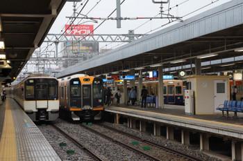 2018年10月6日 8時10分ころ、尼崎、阪神青胴車(右)と並んだ阪神・近鉄の新型車両。