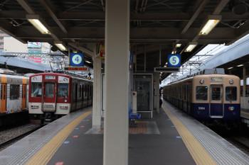 208年10月6日 8時36分ころ、尼崎、青胴車の高速神戸ゆきと近鉄電車。10連の快速急行 三宮ゆきが分割されて、前の6両は三宮へ向かい(上写真)、残された後ろの4連が入換中です。