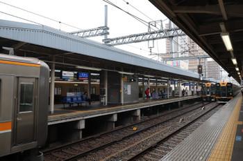 2018年10月6日 8時50分ころ、尼崎、左から、三宮方から到着の9000系6連・青胴車の上り各停・併結待ちの1000系。右端の1000系も10連から解結されて残された4連かも。