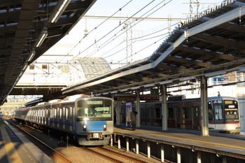 2019年1月1日 7時31分ころ、小手指、到着した20151Fの上り回送列車。右は東急5157Fの6804レ。