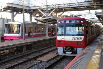 2019年1月1日 10時3分ころ、京成津田沼、京急1129他の快速 佐倉ゆき(右)と新京成8900系の松戸ゆき。