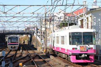 2019年1月1日 10時40分ころ、京成津田沼、干支HMを付けた8800系・松戸ゆきが発車。左は上野~津田沼・普通運用で折り返し待ちの京成3000形。