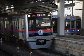 2019年1月1日 10時52分ころ、京成津田沼、「50 相互直通」ヘッドマークを付けた3000形の特急 上野ゆき。右は3500形の普通 上野ゆき。