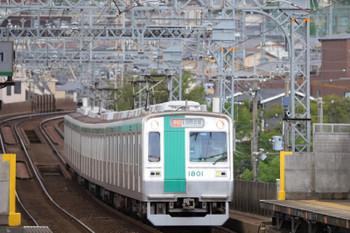 2018年10月6日 12時45分ころ、伏見、丘陵地帯を下ってくる京都市交10系の急行 国際会館ゆき。