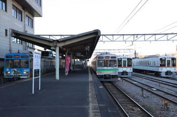 2019年1月3日 14時52分ころ、秩父、元・東急8090系の秩父鉄道の普通列車と留置中の西武4000系。
