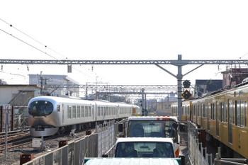 2019年1月13日 12時57分ころ、東村山、5番ホームへ到着する001系の下り試運転列車。右は2049Fの6672レ。