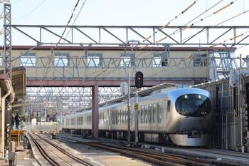 2019年1月13日 12時22分ころ、沼袋、地下化工事中の駅を001系の下り試運転列車が通過。