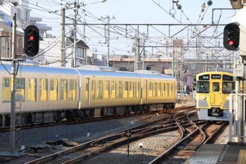 2019年1月13日 13時22分、新所沢、発車した001系の下り試運転列車(左)と2051Fの5706レ。