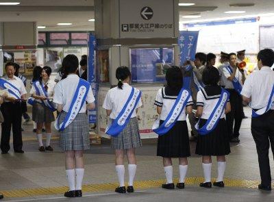 2009年6月18日朝、練馬駅改札前、マナーアップキャンペーンの様子。