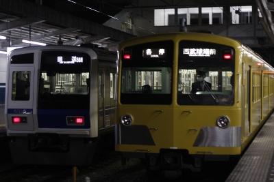 2009年12月24日 20時33分、西所沢、1番ホームの6115F回送列車が西武球場前方へ発車。