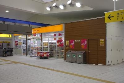 2010年1月11日、江古田、コンコースの下りホーム側から改札・売店を撮影。