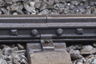2010年5月12日、所沢、3番線中央のレール継ぎ目板。