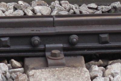 2010年5月25日、所沢、3番線中央のレール継ぎ目板。