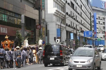 2011年9月11日 正午すぎ、池袋駅前の明治通りを進みお神輿