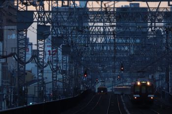 2018年10月6日 17時30分、今里、夕闇の中を走る大阪線の下り鮮魚列車。