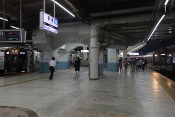 2018年10月6日 17時43分ころ。鶴橋。左の阪神車両の急行 三宮ゆきに乗車しました。