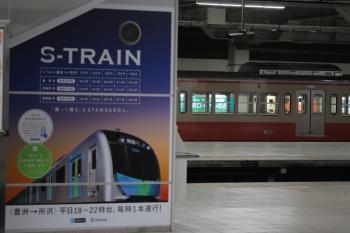 2019年1月26日 5時29分ころ、所沢、新宿線下りホームから見た6番線に留置中の1253FとS-Train(拝島ライナーかも)のPR掲示。