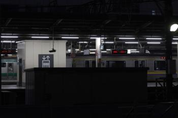 2019年1月31日 6時21分ころ、池袋、西武の構内から。房総の209系回送列車と発車した?埼京線の下り列車。