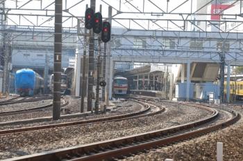 2019年2月3日 10時53分ころ、所沢、左端が輸送中の001系B編成。4番ホームに10105Fの11レが到着。