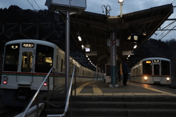 2019年2月10日、吾野、4001Fの5043レ(左)と4011F+4007Fの2004レ。