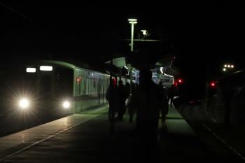 2019年2月10日 19時32分ころ、芦ケ久保、1番ホームへ到着する4023Fの下り回送列車。