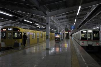 2019年2月10日 20時38分ころ、飯能、発車する4023Fの下り回送列車(右)と2079Fの2176レ。