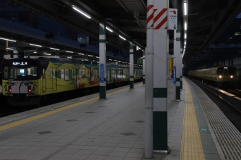 2019年2月23日。練馬。20158F(999)の5205レ(左)と、急行線を通過する2069Fの上り回送列車。