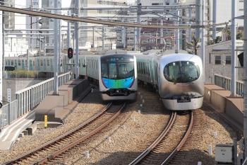 2019年2月24日 11時25分ころ。池袋~椎名町。001-A編成の下り列車(右)と40000系の4304レ。