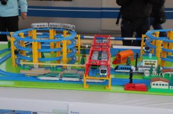 2019年3月2日。西武球場前。001系「お披露目イベント」会場に展示されたプラレール。近鉄の「伊勢島ライナー」も見えます。