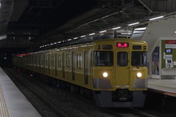 2019年3月3日 5時30分ころ。所沢。2番ホームを通過する2027Fの上り回送列車。