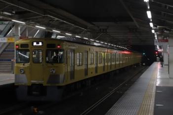2019年3月5日 5時30分ころ。所沢。2番ホームを通過する2031Fの上り回送列車。