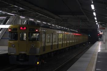 2019年3月6日 5時30分ころ。所沢。2番ホームを通過する2027Fの上り回送列車。