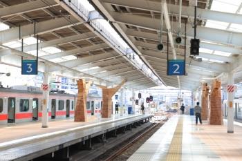 2019年3月9日11時ころ。飯能駅。池袋方のホーム。床の木目はシートを貼り付けてるだけですが、柱の飾りは木製でベンチにもなっていてよく出来てると思います。
