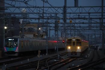 2019年3月10日 5時56分ころ。石神井公園駅。遅れて発車した40102Fの4101レ(左)と準備中の2087F。
