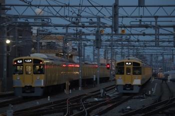 2019年3月10日 5時57分ころ。石神井公園駅。遅れて発車した2091Fの5203レ(左)と待機中の2087F。