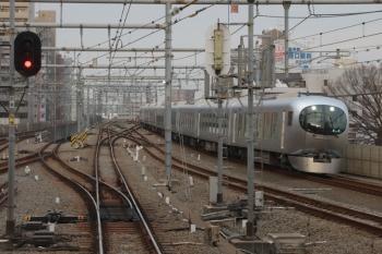 2019年3月16日 6時57分ころ。練馬。急行線を走る001系の上り回送列車。初日は式典のため、62レを免除されて池袋駅へ回送されました。3202レの車内から。