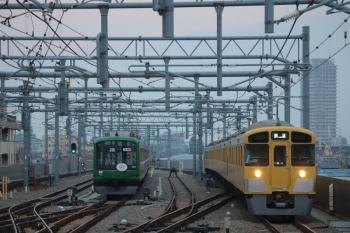 2019年3月16日 6時9分ころ。石神井公園。6番線で滞泊中の東急5122F(右)と4番ホームを通過するN2000系8連の上り回送列車。