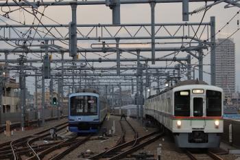 2019年3月21日 6時46分ころ。石神井公園。6番線に留置中のY514Fの横を通過する4003F+4021Fの上り回送列車。