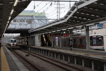 2019年3月23日 7時33分ころ。4009Fの上り回送列車(中央奥)と1番ホームで発車待ちの東急5050系8連の6804レ。