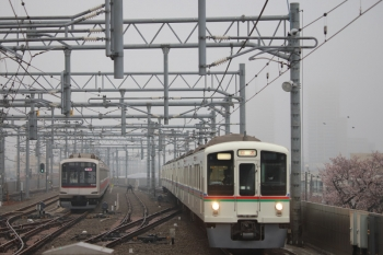 2019年3月31日 6時46分ころ。石神井公園。6番線で留置の東急5165Fと4005F+4003Fの上り回送列車。