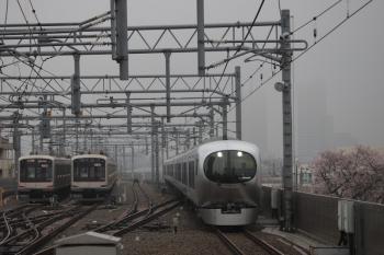 2019年3月31日。石神井公園。Laview特急の1番列車64レ。上の写真より後の写真なのに暗いのは露出ミスが原因と思います。