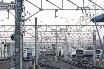 2019年4月4日 5時48分ころ。保谷。2番ホームから発車した6106Fの下り回送列車(左端)。