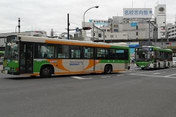 2019年4月8日 12時12分ころ。高田馬場駅前。新旧の都バス。