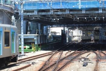 2019年4月13日。池袋。下り列車の車内から見た駅構内。