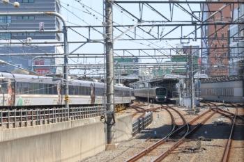 2019年4月13日 12時6分ころ。練馬。3番ホームへ到着する10103Fの上り回送列車。下り列車の車内から撮影。