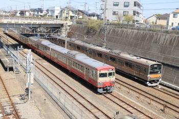 2019年4月13日 13時11分ころ。新秋津。待機中の1247Fの横を通過する府中本町ゆきの205系。