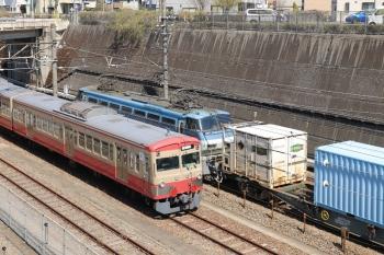 2019年4月13日 13時18分ころ。新秋津。待機中の1247Fの横を通過するEF66-100牽引の北行の貨物列車。