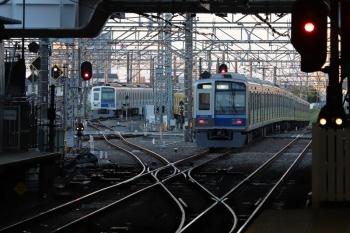 2019年4月13日 5時30分ころ。所沢。左から電留線で帯泊の6157F・2077Fと、2番ホームを通過した6101Fの新宿線の上り回送列車。
